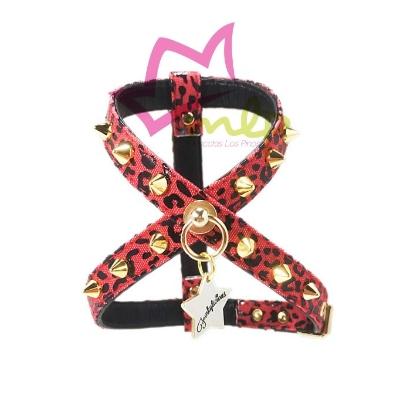 El arnés Punk Leopardo Rojo está realizado en tela y eco-piel tipo napa muy suave y resistente y decorado con pinchos acrilicos muy seguros y ligeros. Talla XXS: de 24 a 28 cm de contorno. Talla XS: de 30 a 35 cm de contorno. Talla S: de 36 a 40 cm de contorno. *Grosor: 12mm