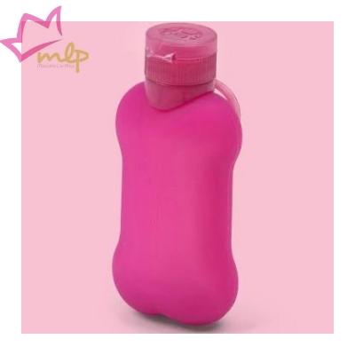 Bon Ton Píes una práctica botella de silicona suave, con un tapón hermético y membrana de goteo, que puede contener hasta 100 ml útiles. La llamada botella pipi para perros. Puede engancharse al mango de todas las correas. Puede llenarlo con agua o un líquido antiolor. SEA RESPONSABLE ... ¡SE BASA EN UN PEQUEÑO GESTO! Dimensión: 13 x 6 cm Capacidad: 100 ml Varios colores disponibles