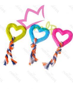 Juguete de goma con forma de corazón para perros. Gracias a su forma, este juguete es ideal para jugar al tira y afloja con su mascota. El juego, especialmente interactuando con su dueño, es necesario y muy beneficioso para los perros. A pesar de la resistencia de la goma termoplástica (TPR) con la que está fabricado, el juego y el juguete deben ser supervisados para su sustitución en caso de deterioro o rotura. Disponible en 3 colores: rosa, azul y verde. Especifique en las observaciones de su pedido si desea alguno en especial.
