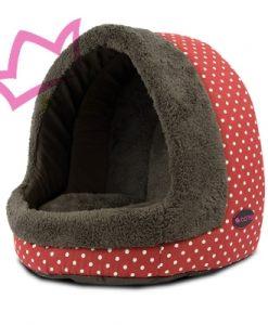Cama para perros y gatos con forma de cueva. Esta cama es perfecta para perros pequeños y gatos a los que les gusta dormir recogidos y protegidos. Aquí sus mascotas disfrutarán mientras duermen, o simplemente descansando. Fabricada con una combinación de tejidos que permite elegir la más conveniente según la época del año. Tanto el cojín como la pared del fondo son una única pieza que se puede extraer. Por un lado está forrada de una tela de algodón con lunares que es perfecta para las épocas de calor. Por el otro lado, tiene un material similar a la felpa, muy suave y calentito. No prive a su perro o gato de esta cama cueva tan acogedora. Lavable en agua fría, aunque se recomienda lavar a máquina sólo el cojín, para evitar que el resto pierda su forma. La base es antideslizante. Disponible en color rojo con lunares blancos combinando zonas en marrón. Medidas: 35 x 39 x (alt) 38 cm.