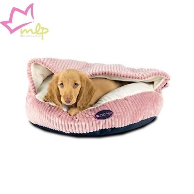 Acogedora y original cama que hará las delicias tanto de perros pequeños como de gatos. Esta cama para perros y gatos está realizada con un tejido de pana gruesa muy elegante y suave al tacto. Gracias a su forma de cueva, el interior proporcionará una agradable sensación de protección a su mascota. Esta sensación es la que buscan, sobre todo, mascotas tímidas o frioleras. El relleno es grueso y muy mullido. El arco de plástico que ayuda a mantener la forma de la entrada se puede quitar, gracias a un velcro en el lateral, permitiendo así lavar la cama en la lavadora (máximo a 30?). Está disponible en tres combinaciones de colores: Azul-Gris, Gris-Gris y Rosa-Beige. Medida: 50 x 50 x 32 (alt.) cm.