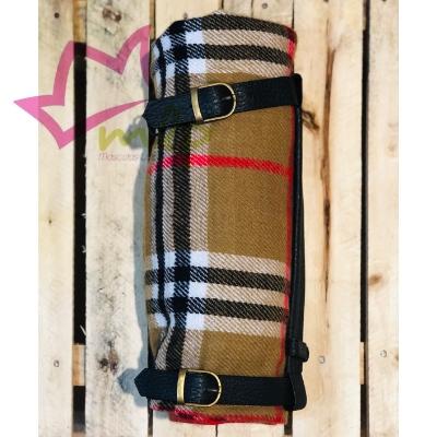 Manta Bur de viaje, sujeta por dos correas y una asa para transportar fácilmente. Manta de tamaño grande, para cubrir la parte trasera del coche, sofás, camas o lo que se requiera.