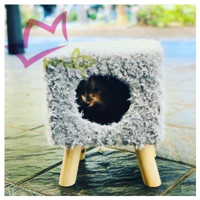 La Cueva Elevada para Gatos Softy es un novedoso modelo que cumple varias funciones: Es un puesto de observación para el gato, su lugar privilegiado dentro de la casa. Cómodo yatrayenterascador. Obviamente también cumple las funciones de cama.
