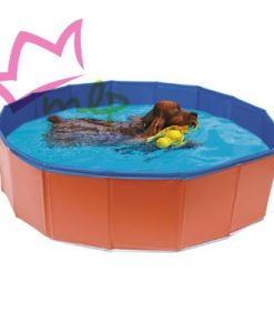 """Piscina para perros fabricada en PVC fuerte y resistente. A la mayoría de los perros les gusta nadar, a otros simplemente refrescarse durante los calurosos días de verano, pero ninguno se resistirá a darse un chapuzón en esta piscina pensada específicamente para ellos. Y quien dice agua, dice un piscina llena de bolas, diversión asegurada!! Su estructura de paneles la hacen muy fácil de montar y desmontar, sin necesidad de inflarla. A la hora de guardarla, ocupa muy poco espacio. Esa estructura también permite adaptarla a cualquier pared, incluso a una esquina. El suelo interior es antideslizante. La piscina se puede usar tanto en interior como en exterior, siempre asegurándose de retirar, previo a su colocación, cualquier objeto puntiagudo del suelo. El vaciado es muy sencillo, dispone de un tapón en un lateral. Disponible en tres medidas diferentes: · """"S"""" – Ø80 x 20 (alt.) cm. · """"M"""" – Ø120 x 30 (alt.) cm. · """"L"""" – Ø160 x 30 (alt.) cm."""