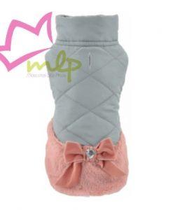 Abrigo Chere Precioso abrigo en color gris y rosa. La parte inferior simula una falda con un espectacular lazo, en tejido de peluche suave y cálido. La parte superior del abrigo es acolchada con apertura para el arnés. Interior polar en color gris. Disponible en varias tallas, para escoger la mas apropiada para tu mascota debes medir el largo del cuerpo. XS -- 20 cm S -- 25 cm M -- 30 cm L -- 35 cm XL -- 40 cm Cualquier duda os atenderemos en el 665465080 también WhatsApp