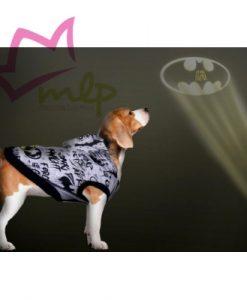 Sudadera Batman para mascotas. Ser fan de algo es normal que nuestros peludos también lo sean. Nosotros hemos hecho la prueba de preguntarles y jamas nos han dicho que no, así que vamos a seguir comprándolesaccesoriosde nuestros personajes, series y películas favoritas porque nos encanta. Por eso aquí tenemos unas sudaderaspara perro creadas por la marcaFor Fan Pets, quedestacan por su divertido diseño, la calidad de sus materiales y lo acertado de supackaging, lo que los convierte además enregalos excepcionalese inesperados. Estánfabricados en algodón, para que tu perro vaya calentito y a la vez proporcionen la mayor comodidad posible. Apertura para el arnés y elásticos para las patas traseras (opcional) Cierre con velcro en la zona abdominal que ademas es elástica. Sin mangas para una mayor comodidad de la mascota. Y lo mejor de todo es sudiseño, homenaje al héroe más oscuro y emblemáticodeDC Comics,el mítico Batman, con ese logo tan famoso reproducido en sus diferentes versiones. Es un producto fabricado bajo licencia oficial deDC Comicsy será el regalo perfecto para los aficionados al universo Batmancon mascotas originales. Cuatro tallas disponibles. XXS – 22 cm de largo – 34 a 42 cm de contorno XS — 28 cm de largo – 42 a 50 cm de contorno S — 32 cm de largo – 50 a 58 cm de contorno M — 36 cm de largo – 58 a 66 cm de contorno