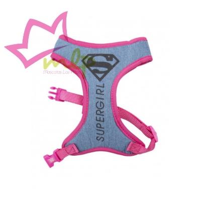Arnes Supergirl para mascotas, completa la colección con la superCORREA Somos fansde losaccesorios para nuestros amigos peludosde nuestros personajes, series y películas favoritas. Estos arnesesdestacan por su divertido diseño, la calidad de sus materiales y lo acertado de supackaging, lo que los convierte además enregalos excepcionalese inesperados. Estánfabricados enpolyestercondoble capa de nylonytienen la zonainterior transpirabley extra confortable por elacolchado, proporcionando mayor comodidad que los arneses convencionales y ademásprotege el pelode la mascota evitando que el nylon lo roce y lo queme. Y lo mejor de todo es su diseño, con el logo deSupergirl en negro serigrafiado sobre el acabado vaquero de la correa con acabados rosas y grises y esa pequeña chapita a todo color con el logo. Es un producto fabricado bajo licencia oficial deDC Comics y será el regalo perfecto para aficionados deSupergirly conmascotasoriginales. Cuatro tallas disponibles: XS — Cuello 24 cm — pecho de 29 a 41 cm S — Cuello 32 cm — pecho de 33,5 a 50 cm M — Cuello 40 cm — pecho de 40 a 59 cm L — Cuello 48 cm — pecho de 60 a 95 cm Cualquier duda o consulta no dudes en escribirnos o llamarnos  665465080