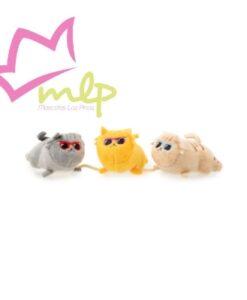 Juguete gatitos de Fuzzyard ¡El juguete para los gatos más 'cool'! Peluches suaves llenos de hierba gatera de primera calidad y unidos por una cuerda para una interacción máxima, así como una textura de papel 'crunch' que despertará sus cinco sentidos. Este trío de peluche le proporcionará a tu gato largas horas de juego. ¡Perfecto para el juego activo! - ¡Trío de peluches conectados por una cuerda para la máxima interacción! - ¡Hierba gatera en el interior! - Diseñado en Australia Medidas: 15cm x 6cm aprox